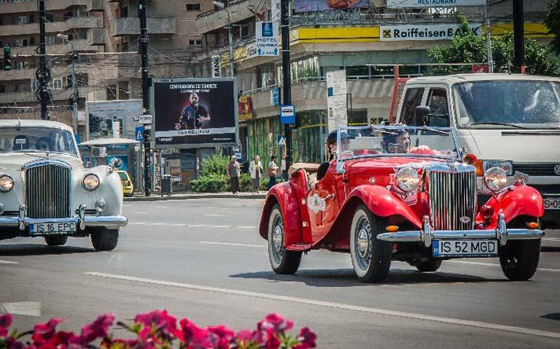 """La Botoșani a debutat a 6-a ediție a raliului """"Moldova Classic Rally"""". Cele mai vechi mașini din Moldova vor fi prezentate mâine în cadrul unei expoziții în fața Primăriei"""