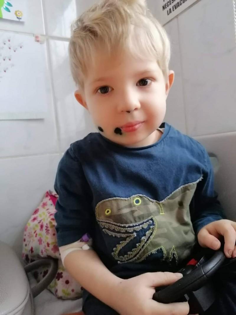 La doar trei ani, un băiețel din Botoșani duce o luptă crâncenă cu boala