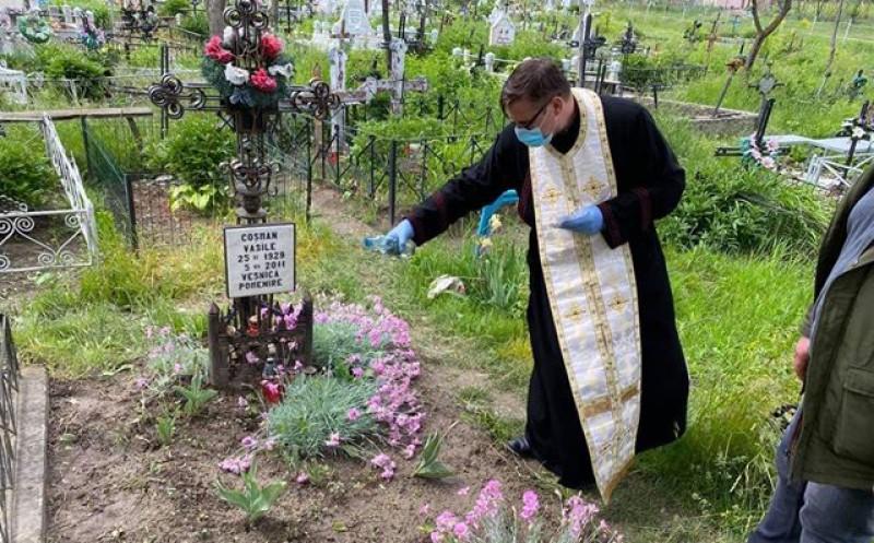 La Dolina, preotul Haras a adunat astăzi din sat toate pomelnicele și paușele și le-a așezat la fiecare mormânt din cimitir, în locul sătenilor