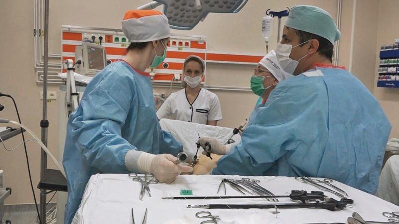 La un pas de a rămâne fără organul genital după ce și l-a prins într-o tocătoare!