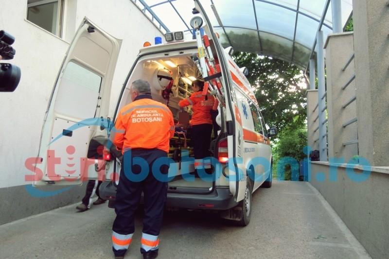 La un pas de TRAGEDIE: Copil de 7 ani transportat la Iași, după ce a căzut, având o bucată de lemn în gură!