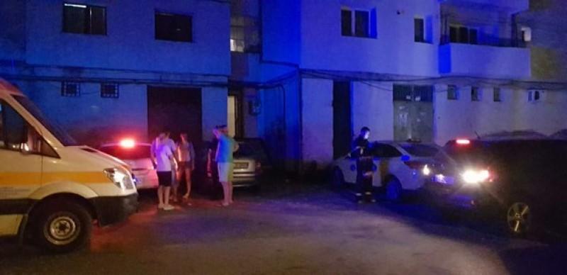 La un pas de tragedie! Un bărbat a căzut de la etajul III al unui bloc din Botoşani-FOTO!