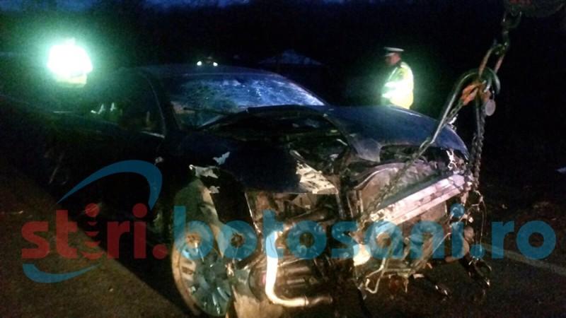 La un pas de TRAGEDIE! Un tânar a retezat un copac cu mașina, a rupt un stâlp, iar mai apoi s-a răsturnat! FOTO