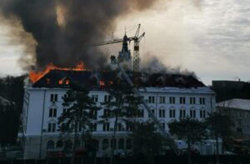 Lângă noi: Arde Prefectura Suceava - VIDEO