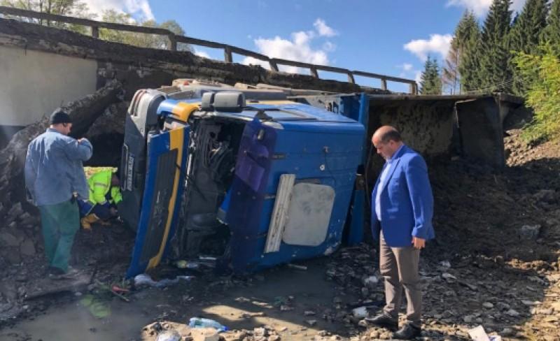 Lângă noi: Un pod din Suceava a căzut cu tot cu camionul care îl traversa!