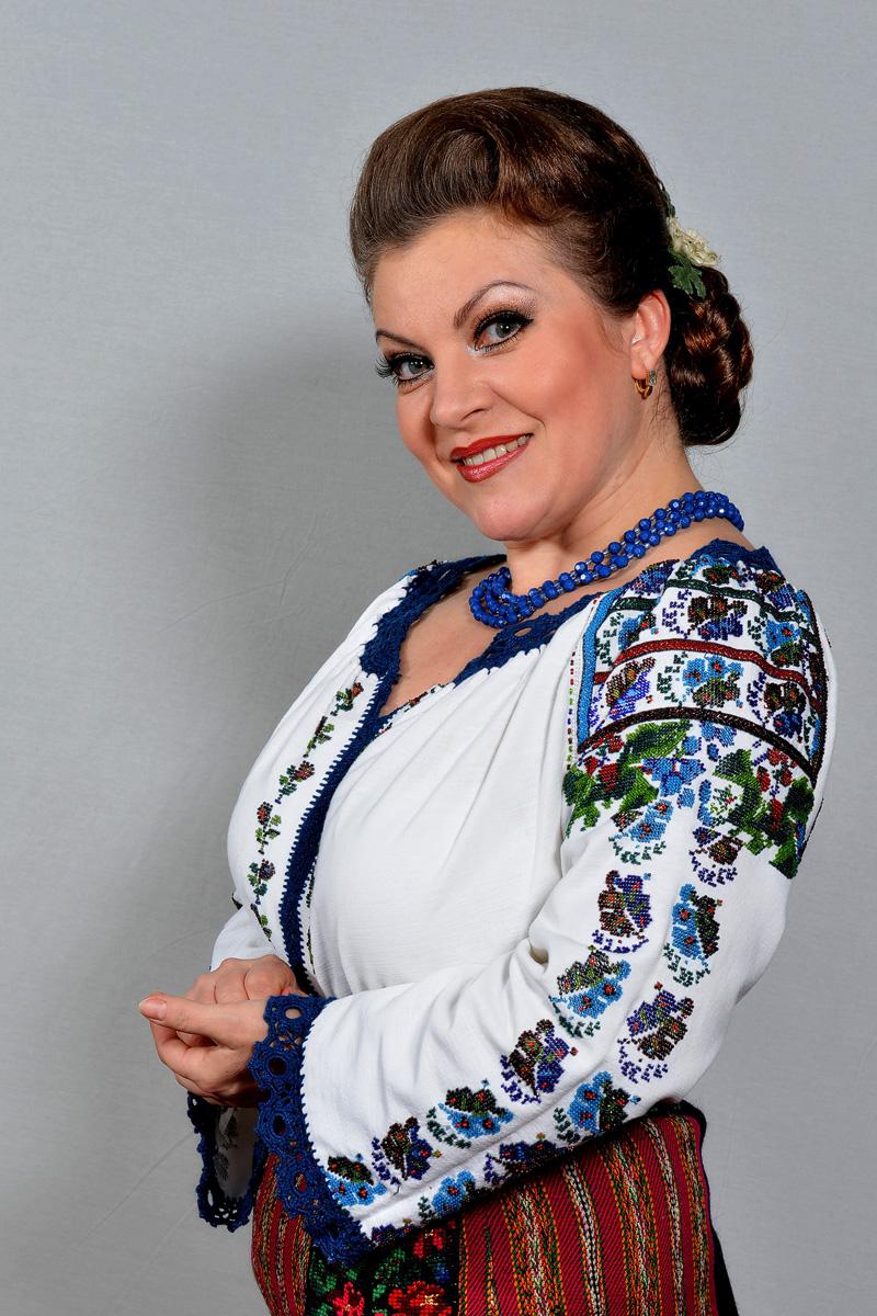 """LAURA ȘTEFĂNESCU, o voce desprinsă din """"dinastia lăutarilor""""! FOTO, VIDEO"""