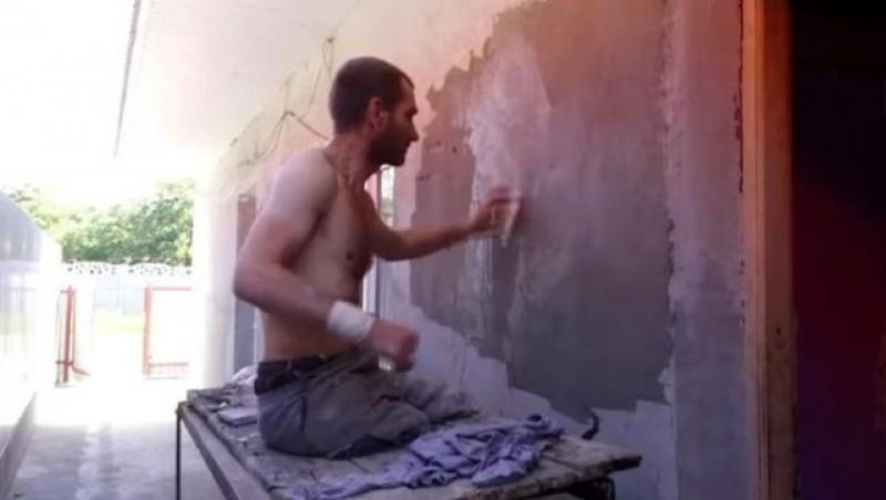 Lecție de viață pentru cei care stau toată ziua la crâșmă și nu numai: Un român fără picioare și fără toate degetele la mâini… își tencuiește singur casa