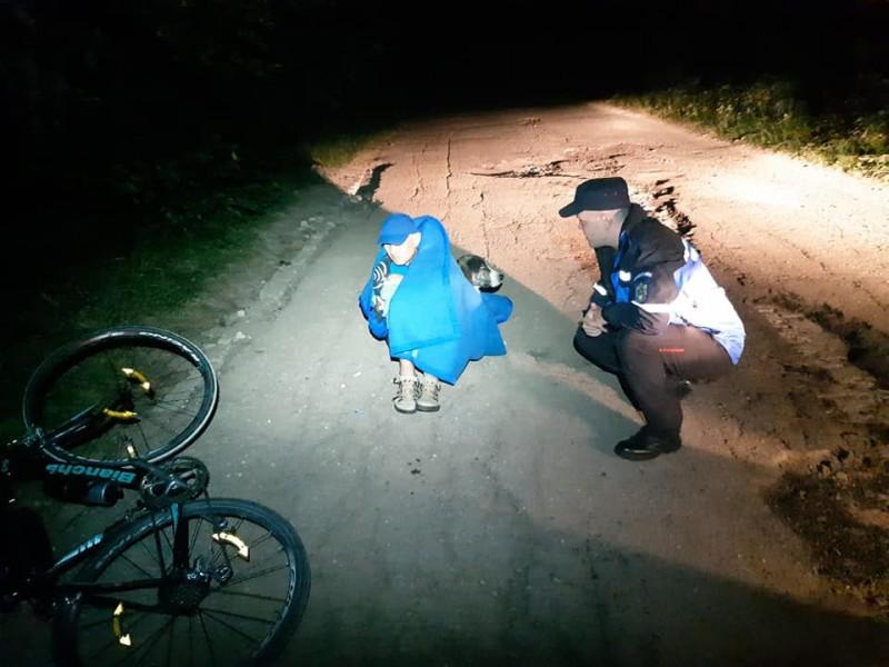 Lecție de viață. Un biciclist rănit a fost ținut în viață de un câine maidanez! FOTO