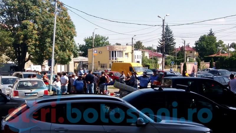 Legea e de vină: pomenire în mijlocul parcării pentru victima crimei de săptămâna trecută! Sub supravegherea poliţiştilor şi jandarmilor. FOTO- VIDEO