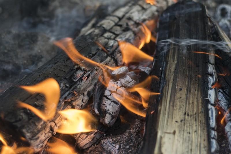 Lemnele de foc pentru iarnă, făcute scrum!