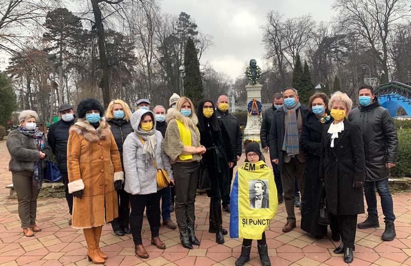 Liberalii de la Botoșani au depus o coroană de flori la statuia marelui poet Mihai Eminescu