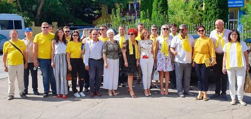 Liderii PNL de la Botoșani au început astăzi să strângă semnături pentru candidatura lui Klaus Iohannis la prezidenţiale