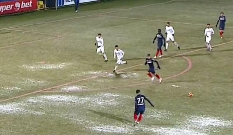 LIGA 1: Meci abandonat la pauza, din cauza terenului inghetat! Jucatorii de la Pandurii au refuzat sa mai intre pe gazon! Marius Avram a cazut de cateva ori! VIDEO