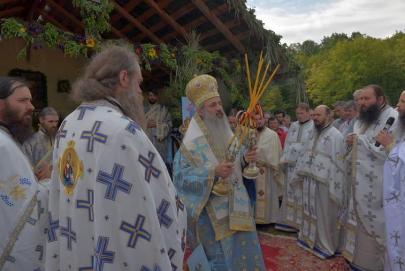 """Liturghie arhierească la hramul Mănăstirii Cozancea. IPS Teofan: """"Astăzi, arhiereii şi preoţii sunt chemaţi să conştientizeze că puterea slujirii lor nu stă în ei înşişi..."""""""