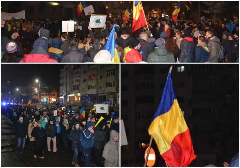 """""""Şi astăzi vă vedem!"""", spune mulţimea în a treia seară de proteste, de la Botoşani! Peste 1.000 de oameni în stradă! FOTO, VIDEO"""