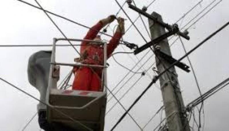Localităţi fără energie electrică din cauza vântului puternic!