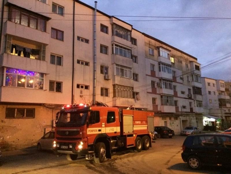 Locatari evacuaţi dintr-un bloc din Botoşani! Un incendiu a izbucnit într-un apartament! FOTO