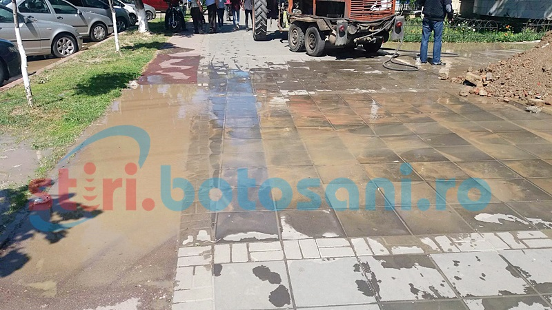 Locatarii unui bloc din municipiul Botoşani, revoltaţi din cauza unei avarii la reţeaua de apă