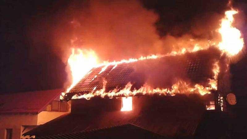 Locuinţă cuprinsă de flăcări la Ştiubieni. Proprietarul a fost găsit decedat în interior