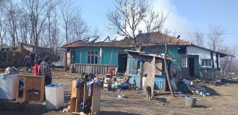 Locuință mistuită de flăcări din cauza inconștienței unor copii. Familia are nevoie de ajutor