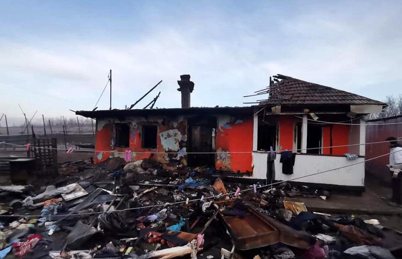 Locuința unui cetățean dintr-o comună din Botoșani, cu un handicap grav, a fost distrusă de flăcări. Bărbatul cere ajutor în mediul online