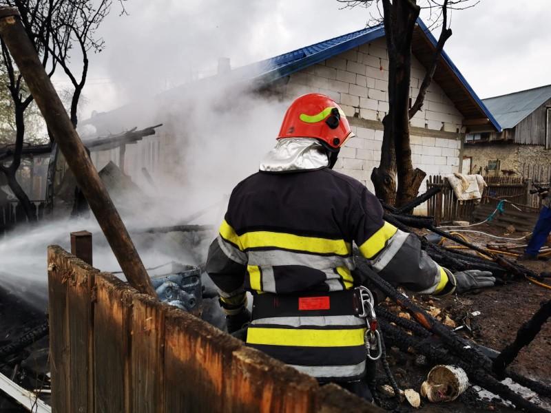 Locuințe la un pas de a fi mistuite de flăcări, salvate de pompieri