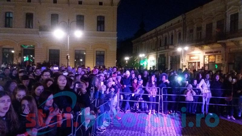 Lora încinge atmosfera la Botoşani! Adolescentele sunt în delir! FOTO- VIDEO