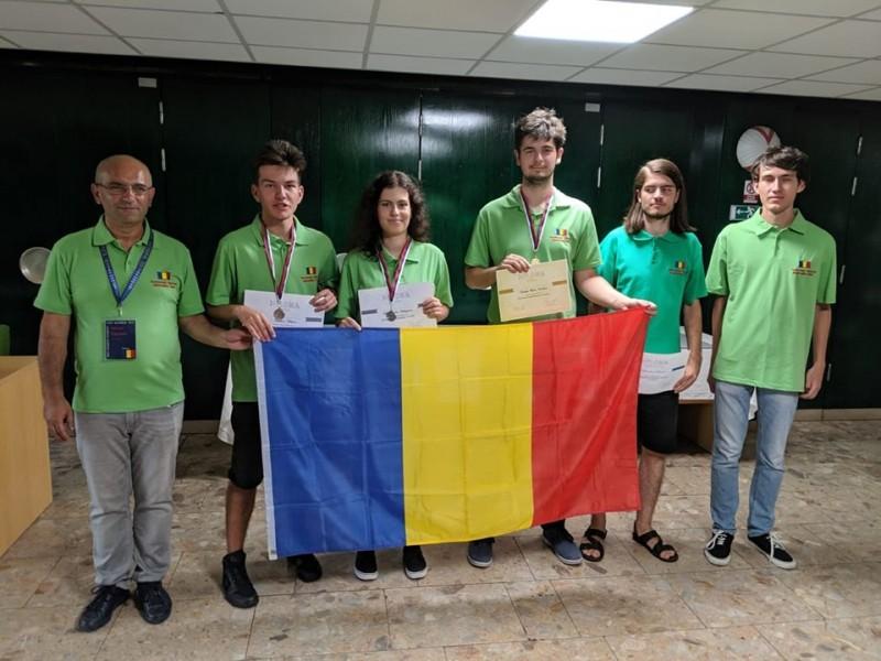 Lotul condus de un botoșănean aduce o medalie de aur şi două medalii de argint României la Olimpiada de Informatică a Europei Centrale!
