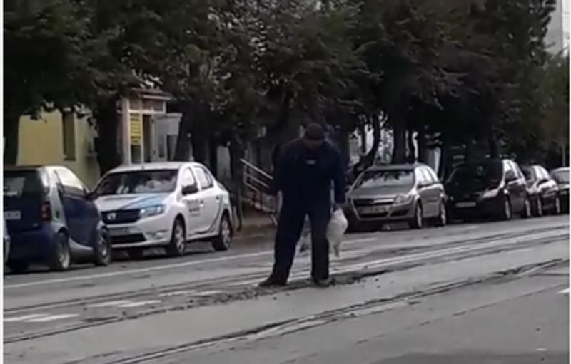 """Lucrări de plombare a străzilor la Botoșani: O juma' de sac de pietriș, o lopata și 30 de secunde, și gata """"plombarea"""" - VIDEO"""