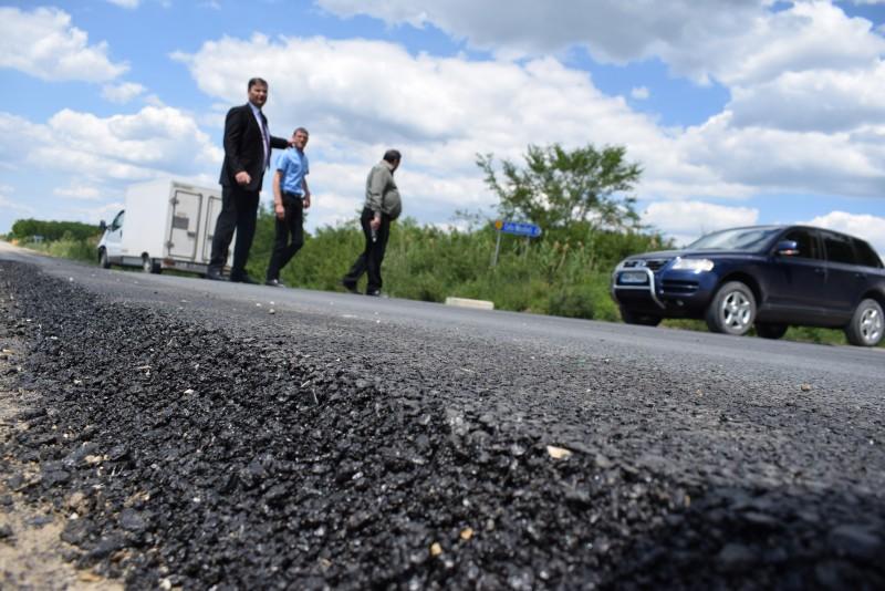 Lucrările pregătitoare pentru turnarea covoarelor asfaltice pe drumurile naţionale, inspectate de prefectul Dan Șlincu! FOTO