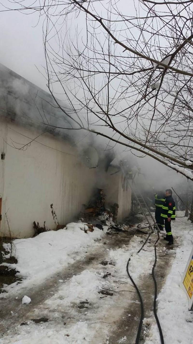 Magazin cuprins de flăcări. Mai multe echipaje de pompieri ajunse la faţa locului- FOTO