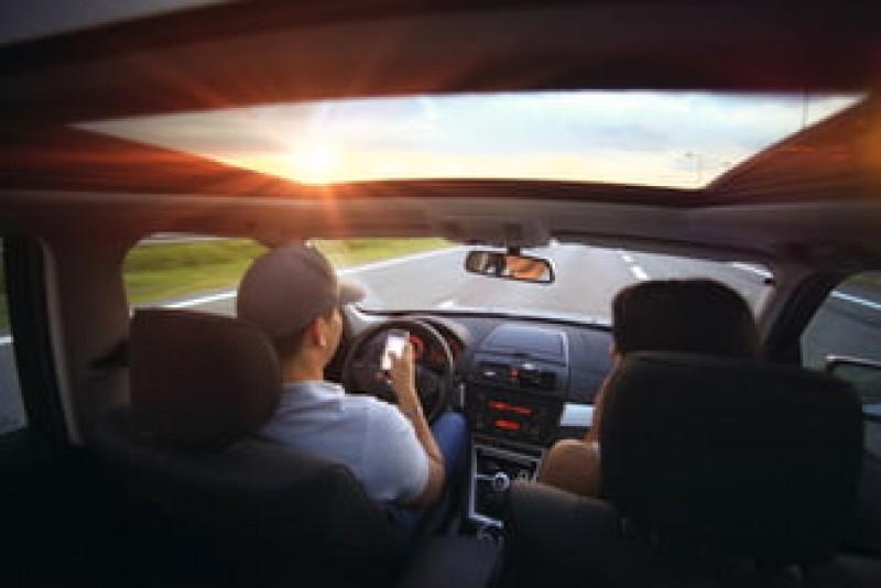 Mai bine de jumătate din șoferii români trimit mesaje sau vorbesc la telefon în timp ce conduc. Câți fac LIVE pe Facebook