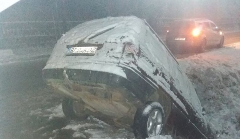 Mai multe accidente rutiere au avut loc ieri seară imediat după căderea primelor zăpezi la Botoșani