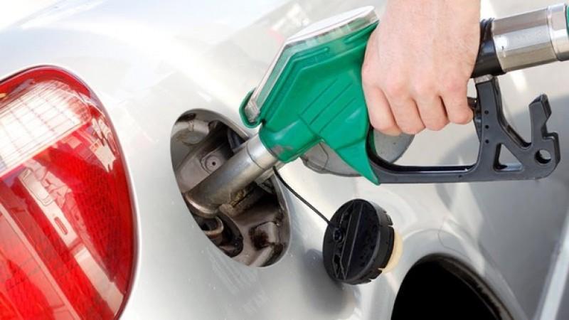 Majorarea accizelor la motorină şi benzină: Transportatorii vor alimenta din afară sau vor falimenta în ţară