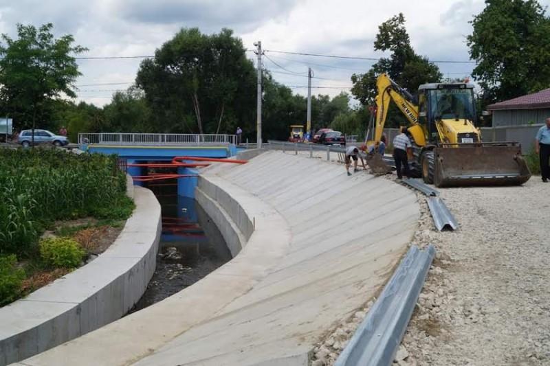 Malul din municipiul Botoșani al râului Luizoaia, reparat la un an de la rupere