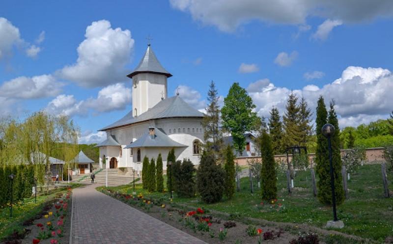 Mănăstirea Gorovei își cinstește hramul. Procesiune cu PS Calinic Botoșăneanul și un sobor de preoți