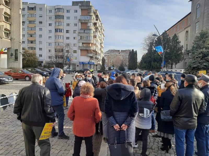 Manifestaţie împotriva vaccinării obligatorii, în faţa Instituției Prefectului