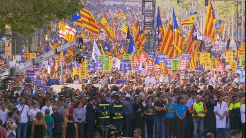 Marş de amploare împotriva terorismului în Barcelona, la nouă zile după atentate. Printre participanţi se află şi regele Spaniei, Felipe al VI-lea VIDEO