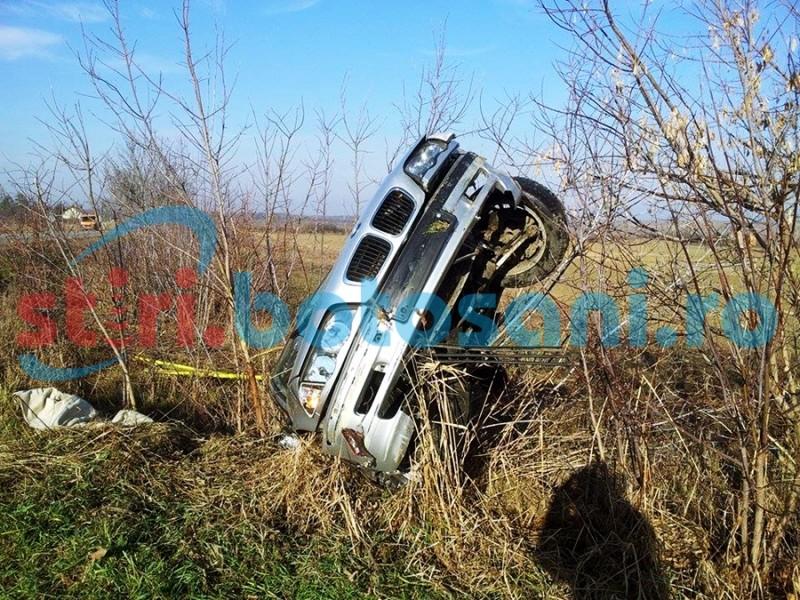 """Martori ȘOCAȚI! Un șofer """"bulgar"""" a scăpat ca prin minune, după ce a sărit peste un pârâu cu un BMW! Imediat după impact a FUGIT! FOTO"""