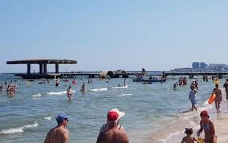 Masca ar putea să nu mai fie obligatorie pe plajă, de la 1 iunie
