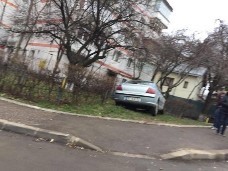 Maşină ajunsă în gardul unui bloc din Botoşani, după un accident! FOTO