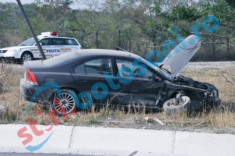 Mașină ieșită de pe șosea, după ce șoferul a pierdut controlul volanului! Un bărbat a fost rănit!
