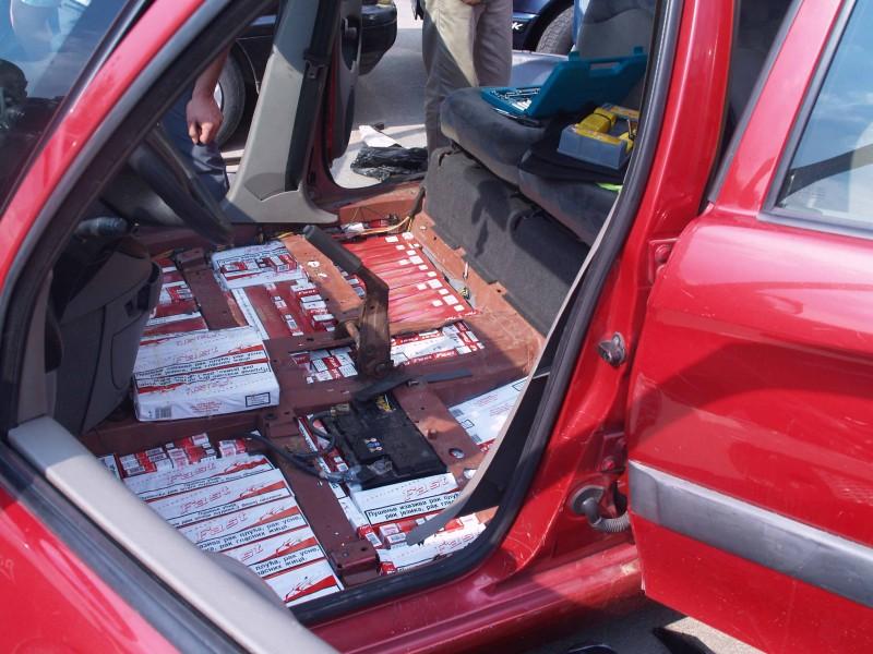 Mașină burdușită cu țigări de contrabandă, oprită în trafic de polițiștii botoșăneni!