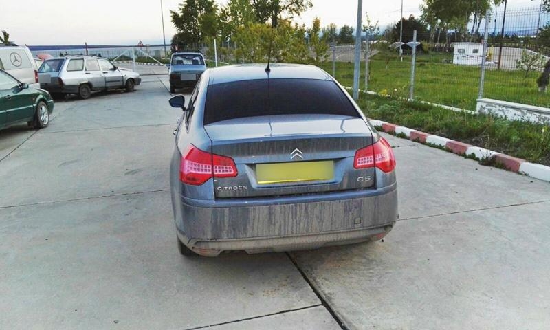 Mașină burdușită cu țigări de contrabandă! Șoferul a rămas fără autoturism - FOTO