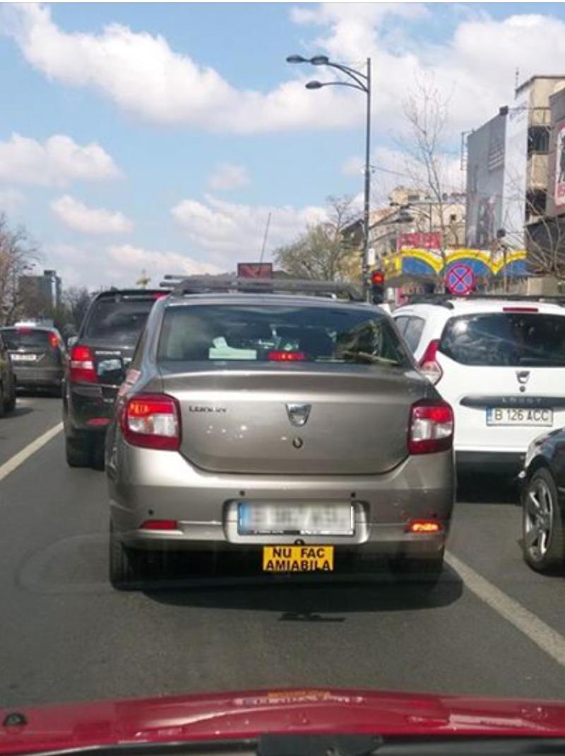 Mașina care stârnește hohote de râs în trafic! Ce a scris șoferul pe spatele Loganului său