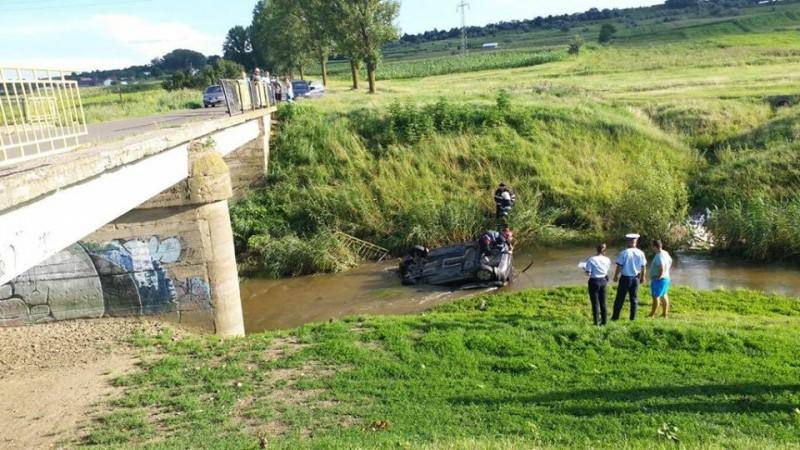 Mașină căzută în râul Sitna, scoasă cu ajutorul pompierilor! FOTO