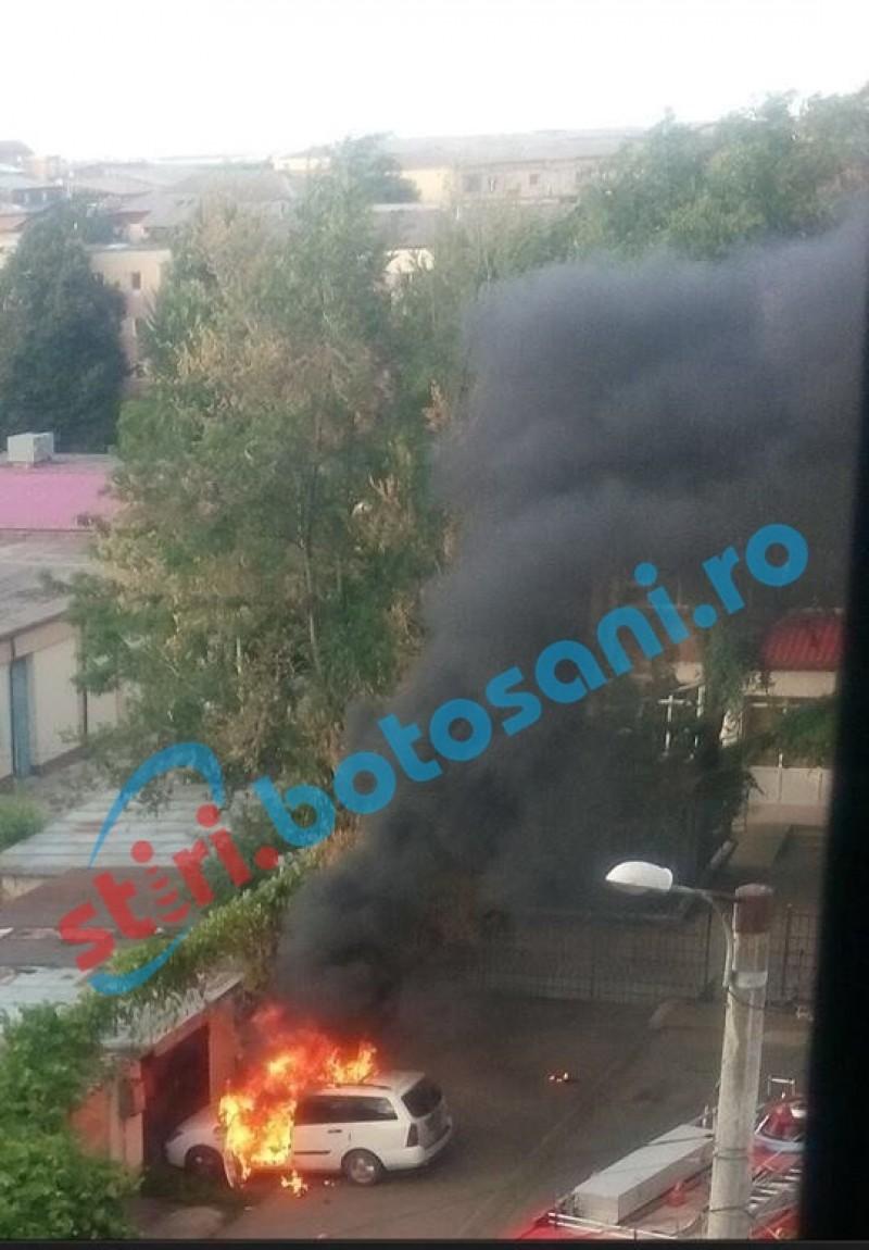 Mașină cuprinsă de flăcări în apropierea unei școli din Dorohoi!