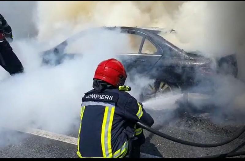 Mașină cuprinsă de flăcări în municipiul Dorohoi