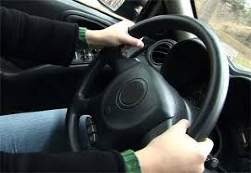Mașină dată pe mâna unui minor chiar de către propriul tată!