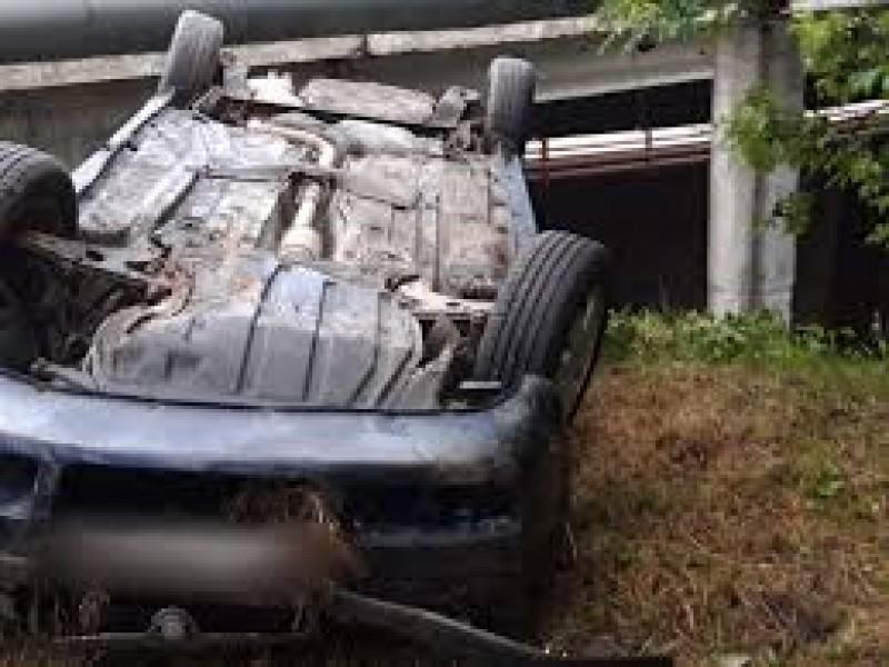 Mașină din Botoșani, răsturnată peste podul de la intrarea în Șcheia!